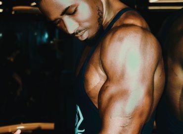 Wykonywanie ćwiczeń na siłowni